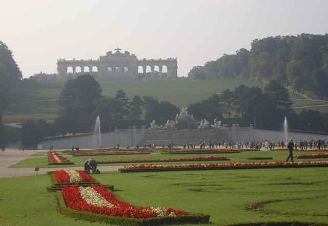 Вид от дворца Шенбрунн на парк