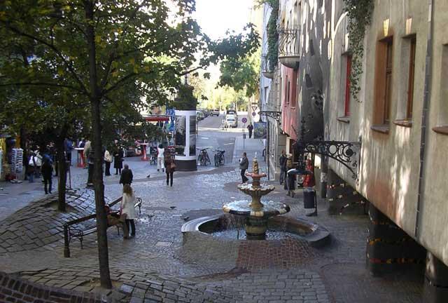 Hundertwasser Haus и двор перед ним